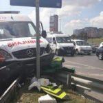 Zeytinburnu'nda ambulansla otomobil çarpıştı