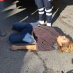 Yerde yatan kadın polisi harekete geçirdi!