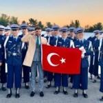 Türk Bayrağı açıp Mehmetçik selamı verdiler