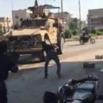 YPG/PKK'lılar ABD askerlerini taşladı!