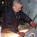 40 yıllık demir ustası, hurdadan malzeme üretiyor