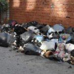 İzmir'de esnafın çöp tepkisi!