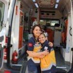 Hemşire annesiyle birlikte hayat kurtarıyor