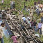 Keşmir'de minibüs uçuruma yuvarlandı: 16 ölü