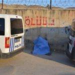 Acı tesadüf! 'Ölüü' yazan duvarın önünde bulundu