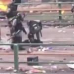 Yerde sürüklenen eylemcinin kafasına bastı