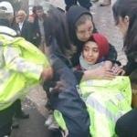 Polis memuru yerde yatan yaralı genç kıza montu verdi