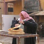 Tel Abyad'da fırından çıkan ekmekler halka bedava dağıtılıyor