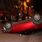 Otomobil park halindeki araçlara çarpıp ters döndü