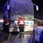 Sivas'ta yolcu otobüsü kepçeyle çarpıştı