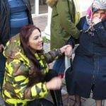 Yaralı kadının elini bir an olsun bırakmadı!