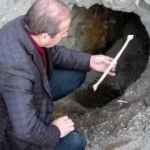 Defineciler tarihi Selçuklu Mezarlığı'nı tahrip ediyor