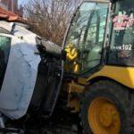Freni boşalan iş makinesi 3 otomobile çarptı: Yaralılar var