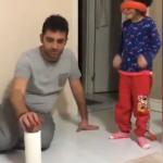 Kızının her yaptığı hareketi düzelten baba sosyal medyada alkış topladı!