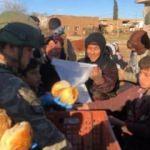 Mehmetçik, Suriyelilere ekmek dağıtımını sürdürüyor