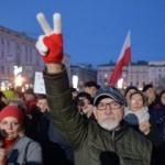 Polonya'da tartışmalara neden olan yasa kabul edildi