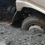 Avcılar'da kamyonet yola saplandı