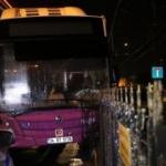 Belediye otobüsü tramvay parmaklıklarına çarptı