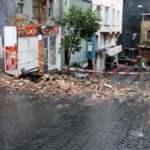Beyoğlu'nda 2 katlı metruk bina çöktü, yol kapatıldı