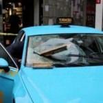 İstiklal Caddesi'nde binadan kopan beton taksiye ok gibi saplandı
