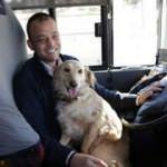 Soğuk havadan dolayı üşüyen köpek otobüse sığındı