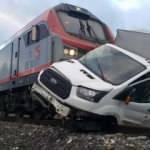 Bariyerleri kırıp geçmeye çalışan kamyonete tren çarptı