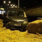 Otomobille saman yüklü kamyon çarpıştı: 2 yaralı