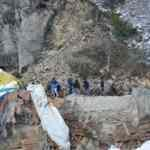 Dağdan kopan kayalar çok sayıda hayvanı telef etti