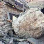 10 tonluk kaya yerle bir etti! Anne ve 2 çocuğu son anda kurtuldu