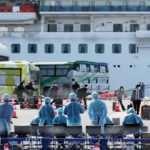 Karantinaya alınan gemiden bine yakın yolcu tahliye edildi