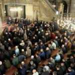 Yağmura rağmen vatandaşlar Eyüp Sultan Camii'ni doldurdu