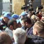 Türk tarafına geçmeye çalışan BM askerini ite ite çıkardılar