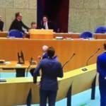 Hollanda Sağlık Bakanı koronavirüs toplantısında bayıldı!