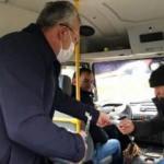 Belediye başkanı market ve minibüste maske dağıttı