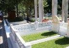 Anne ve babasının mezarını ziyaret etti