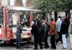CHP'li başkan Menderes için lokma dağıttı