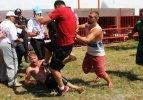 Er meydanı karıştı! Antrenör güreşçiye saldırdı