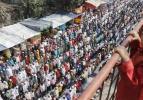 Yüz binlerce Müslüman nehir boyu namaza durdu