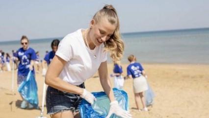 Serenay Sarıkaya'dan kıyı temizliği