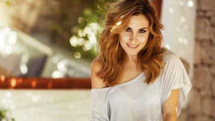 Şarkıcı Funda Arar şıklığıyla herkesi büyüledi