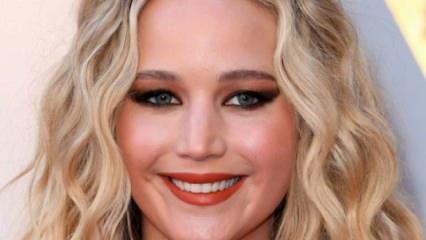 Jennifer Lawrence ilk kez o yüzüğü gösterdi!