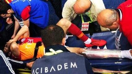 Emre Akbaba'nın ayağı kırıldı!