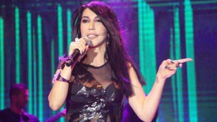 Hande Yener Didim konserinde 2 saat boyunca ayakta kaldı!