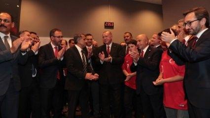 Erdoğan Milliler'i soyunma odasında tebrik etti