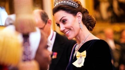 Kate Middleton Prenses Diana'nın tacıyla dolaşıyor!
