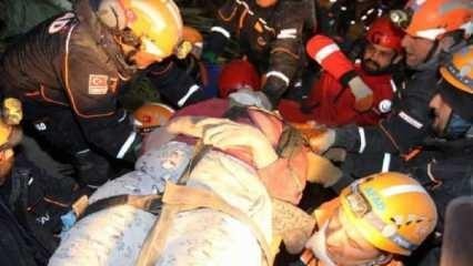 5 katlı binanın enkazından 3 kişi yaralı olarak kurtarıldı