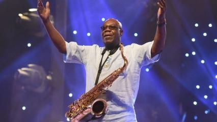 Dünyaca ünlü Kamerunlu cazcı Emmanuel N'Djoke Dibango koronavirüs nedeniyle hayatını kaybetti
