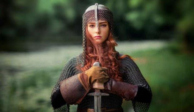 İsveçli küçük kız gölde 1500 yıllık kılıç buldu 5